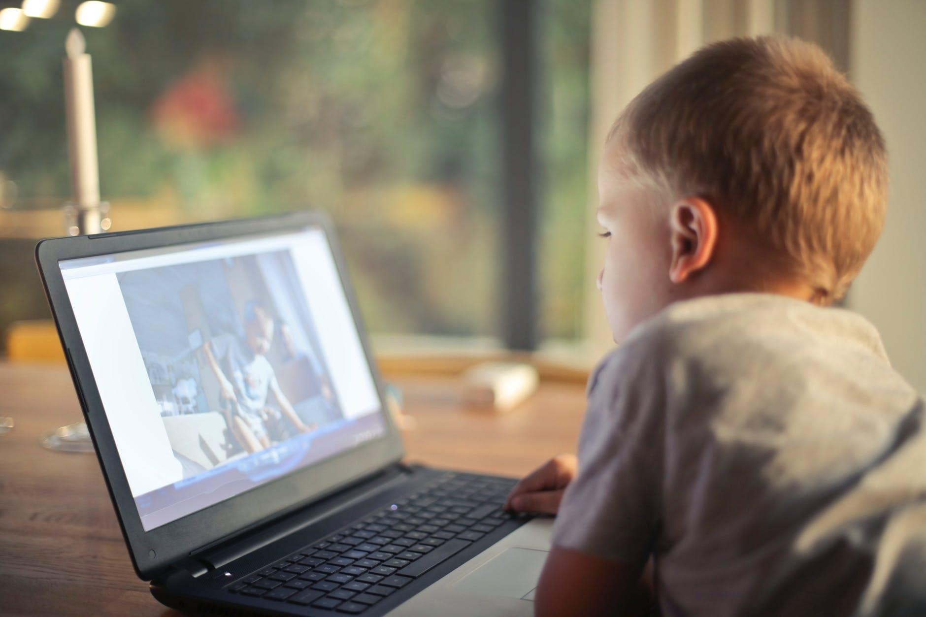 Коли дитині варто починати користуватись соцмережами?