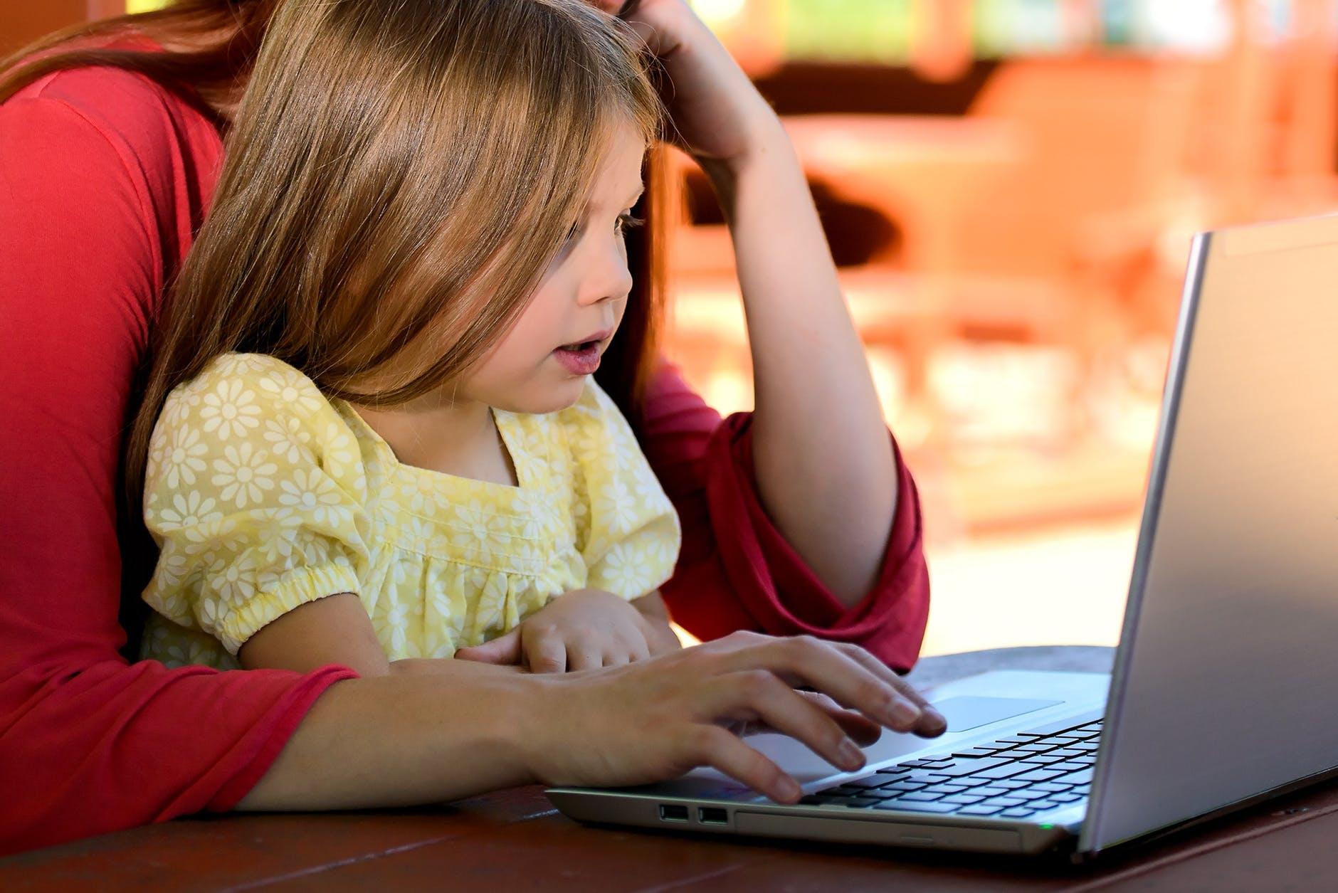 Не варто занадто контролювати дитину в інтернеті